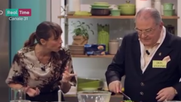 Don Antonio esagera con il sale mentre cucina per Benedetta Parodi (Video)