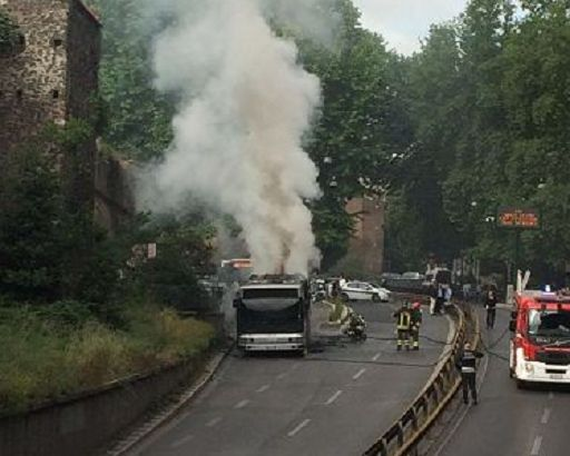 Bus in fiamme, paura a Roma