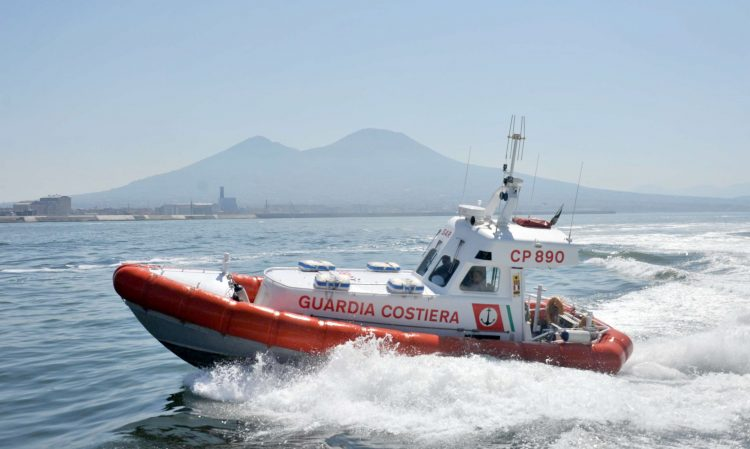 15 enne investita in mare a Procida, soccorsa dalla Guardia costiera