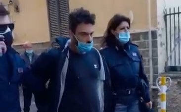 Il video dell'arresto dell'assassino della madre a Torre del Greco