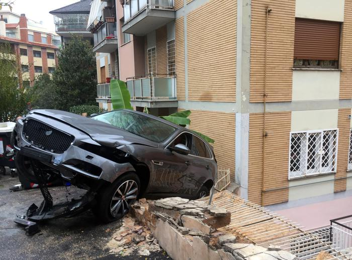 Incidente rocambolesco, auto finisce in un condominio