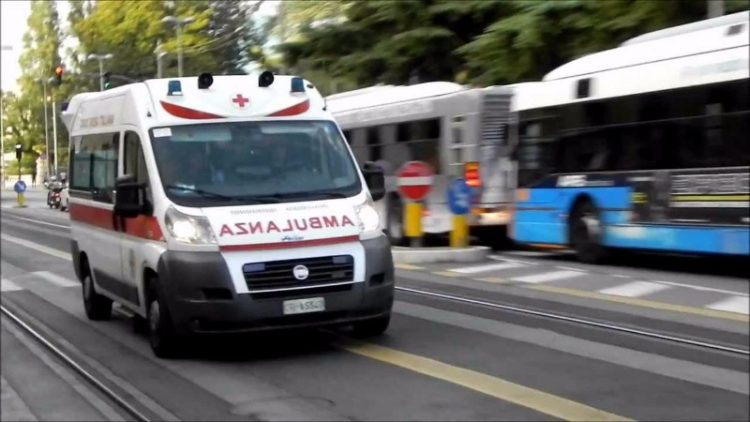Salerno. Guida ubriaco e senza patente, causa incidente con ambulanza