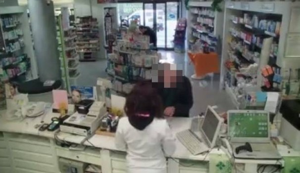 Ercolano, in azione i ladri di medicine: furto-lampo in farmacia, bottino di 500 euro