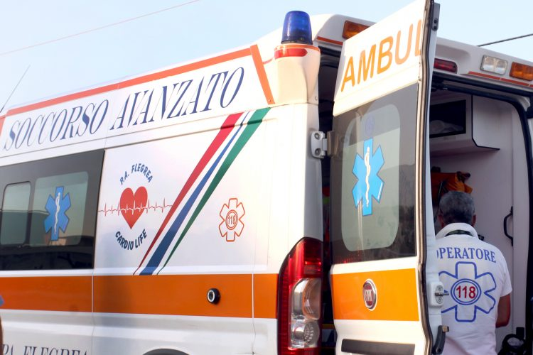Scontro tra moto, a Napoli folla sequestra ambulanza
