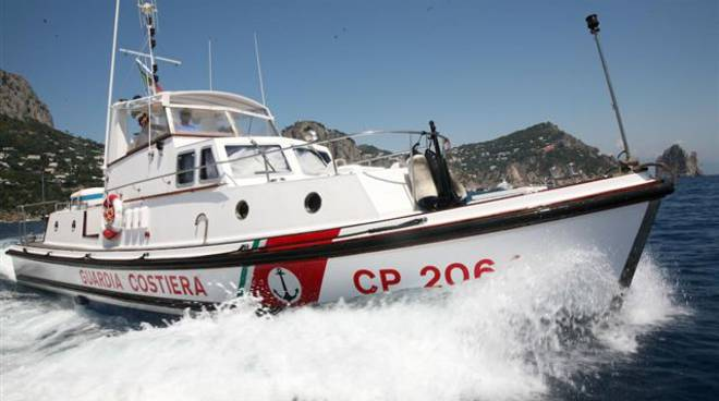 Catamarano in avaria, salvati 8 tedeschi a Salerno